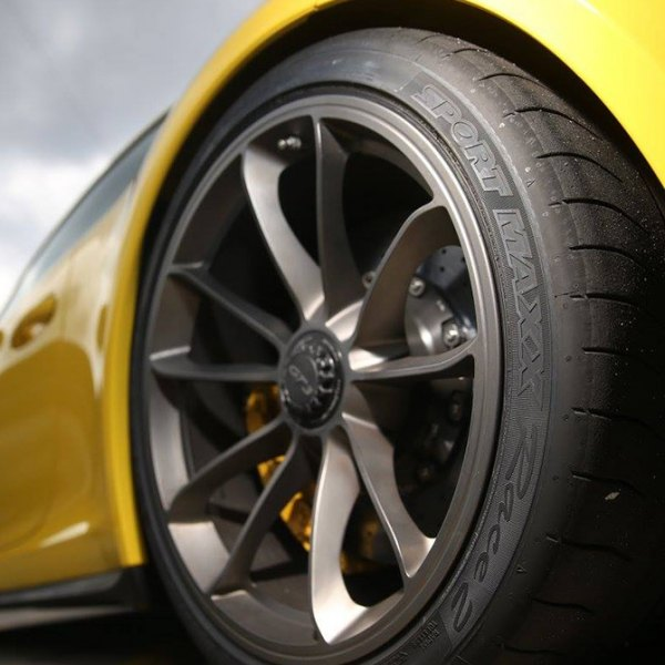 DUNLOP® - Sport Maxx Race On Porshe 911